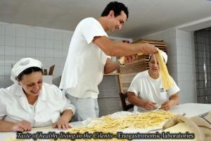 Gragnano (Na): Pastificio Gentile - lavorazione a mano dei Fusilli